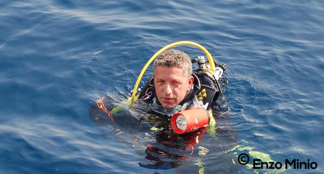 Mimmo Macaluso nell'area marina dell'isola Ferdinandea (Foto di Enzo Minio)
