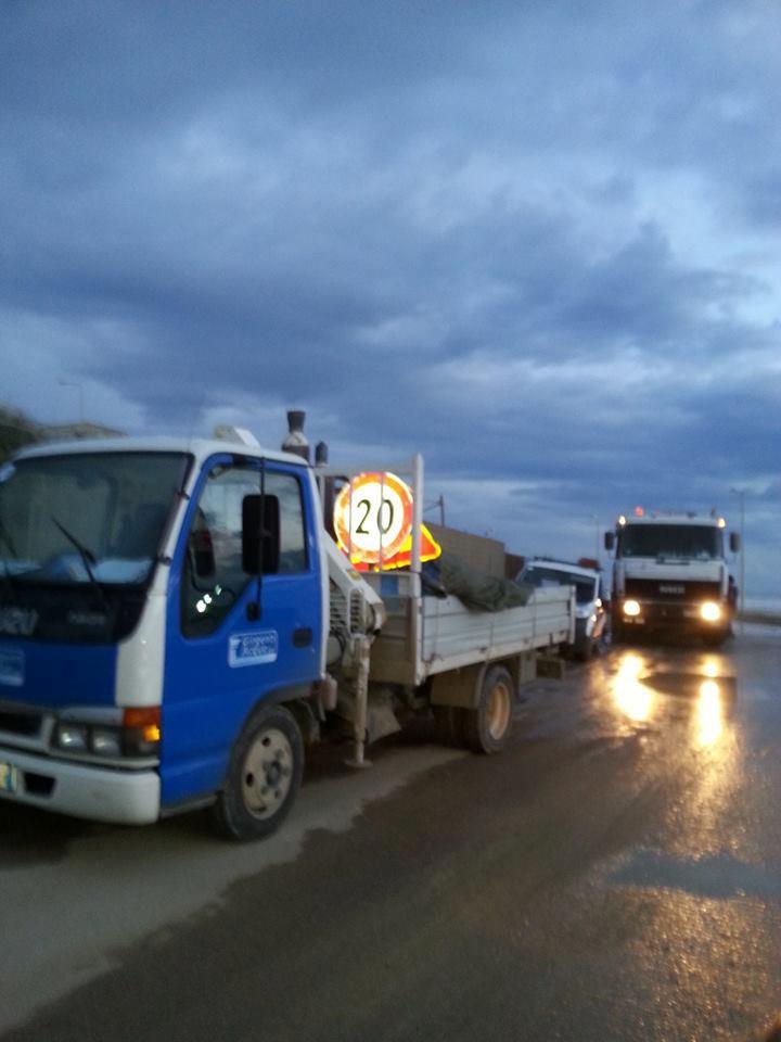 Seccagrande mezzi davanti l'impianto di sollevamento di  Seccagrande