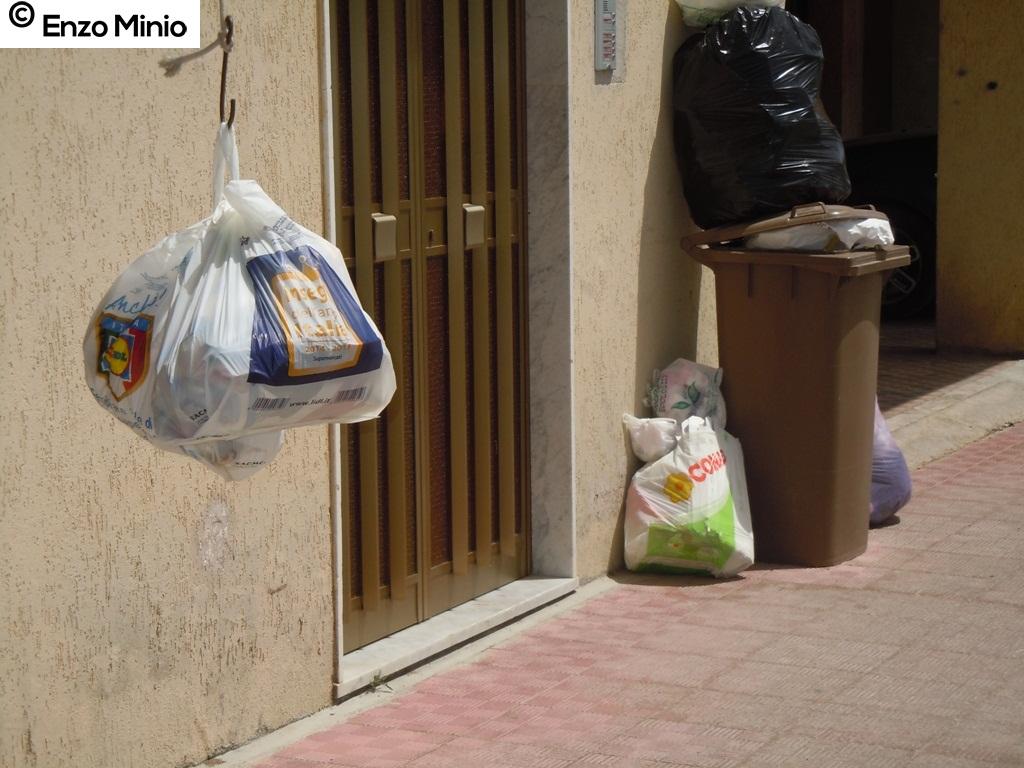 Ribera I rifiuti davanti alle abitazioni FOTO MINIO