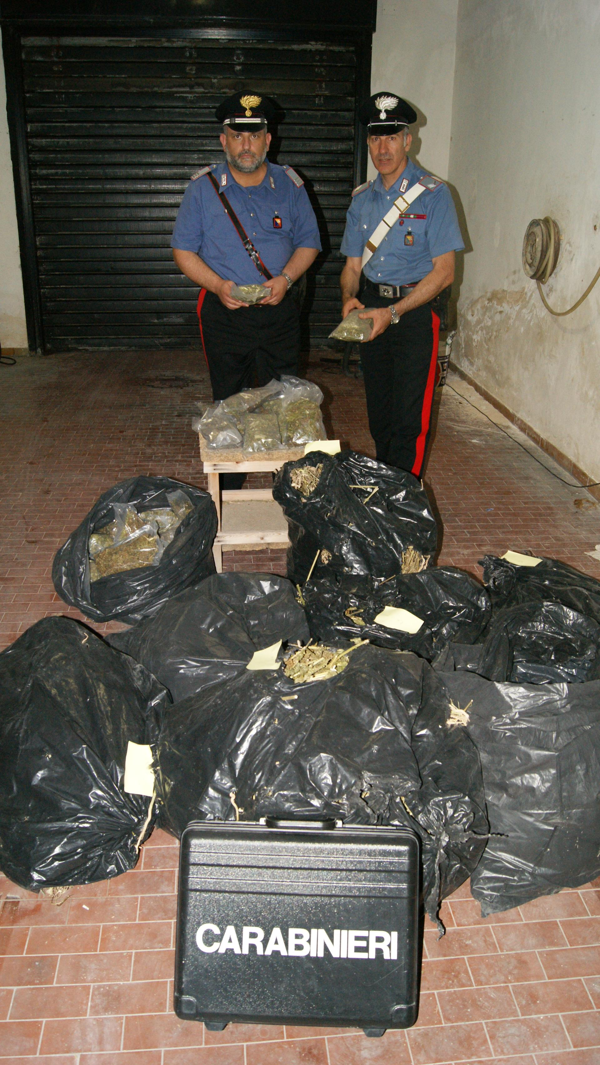 Carabinieri con la marijuana sequestrata