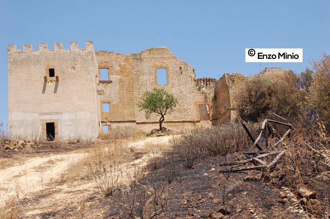 Castello Poggiodiana attaccato dalle fiamme  FOTO MINIO