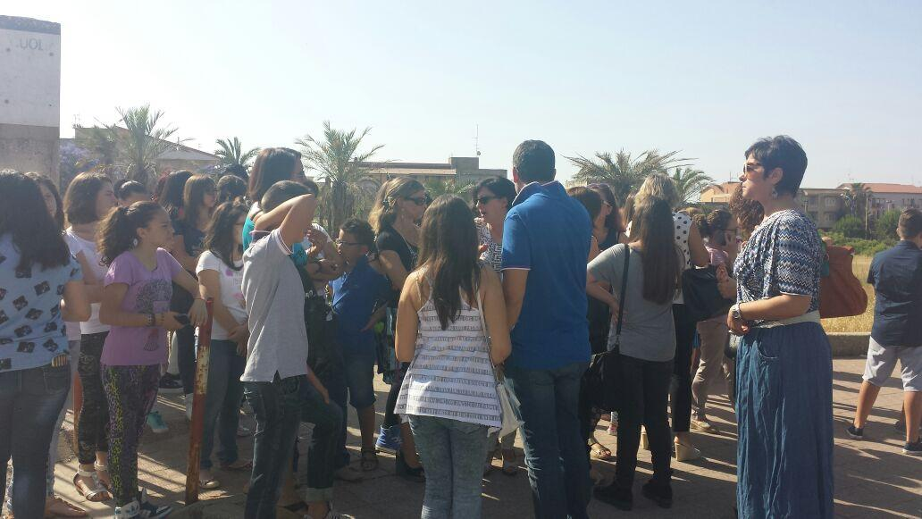 Ribera alunni davanti la scuola