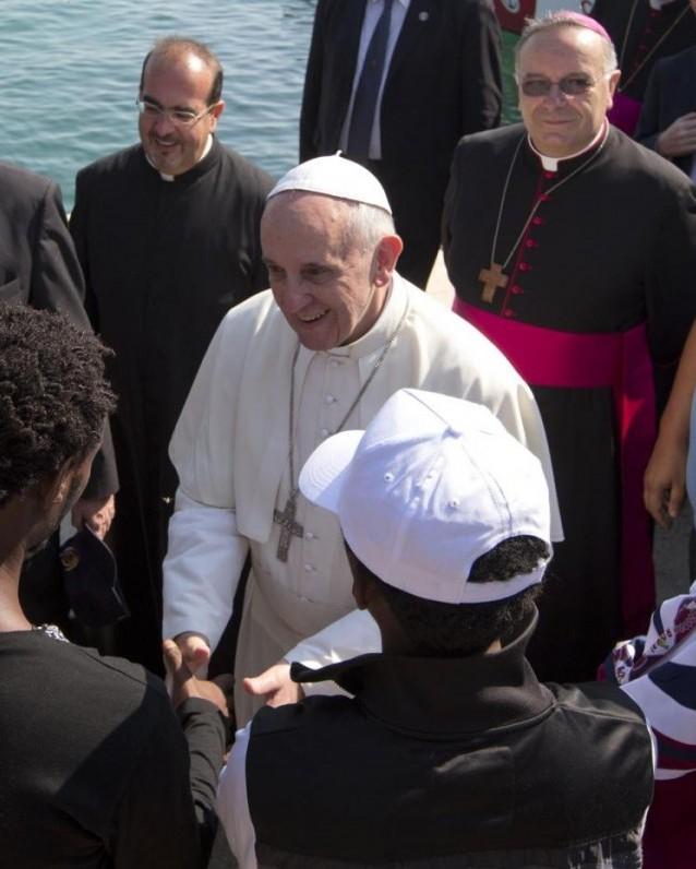 papa-francesco e cardinale montenegro con immigrati-lampedusa