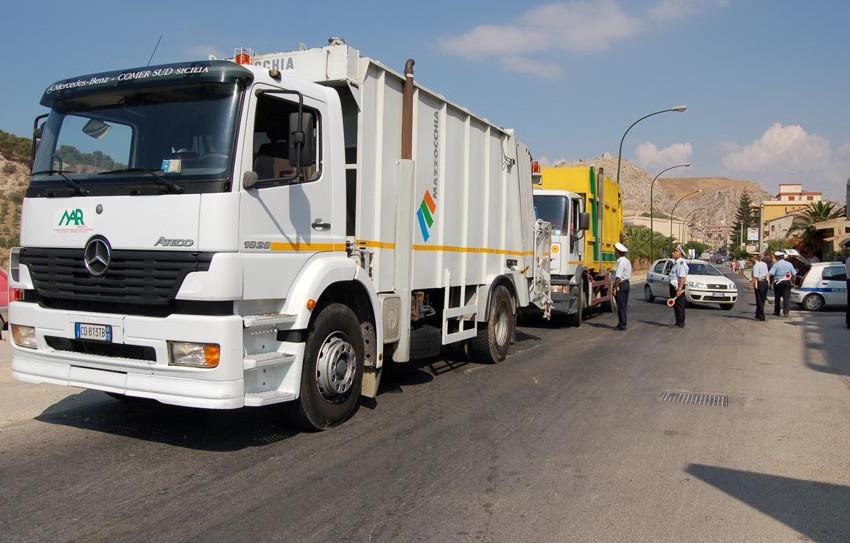 Montallegro camion della raccolta dei rifiuti