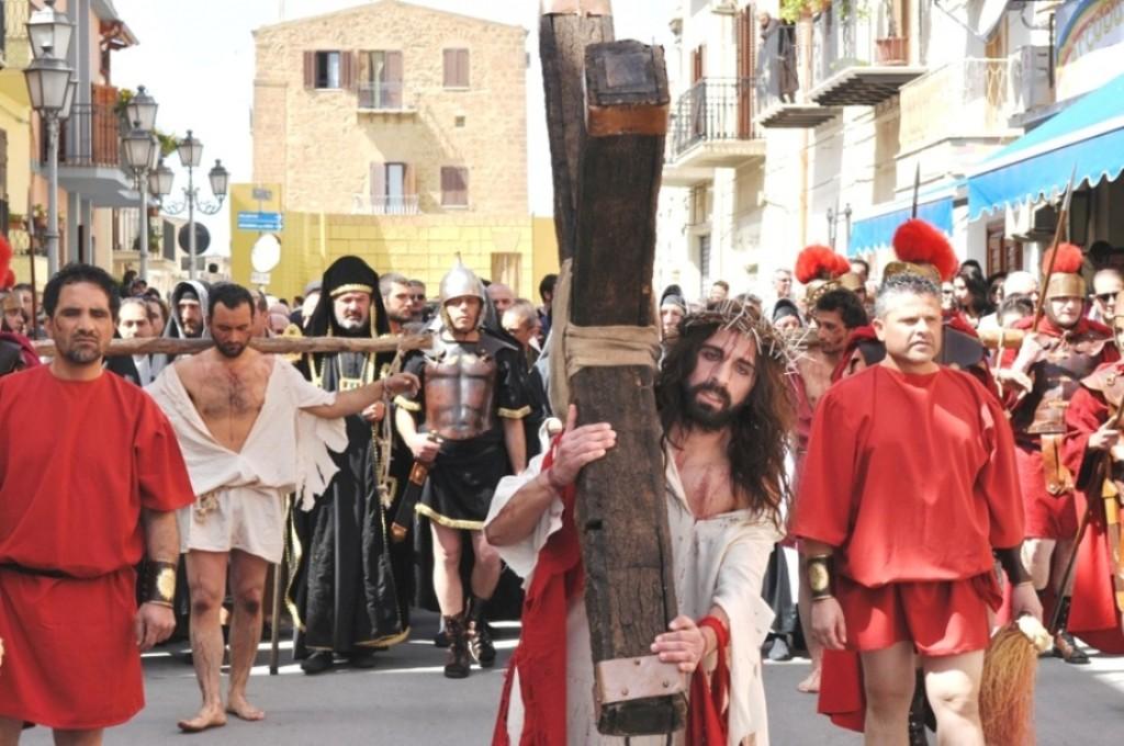 Cianciana La Via Crucis sul corso (1)