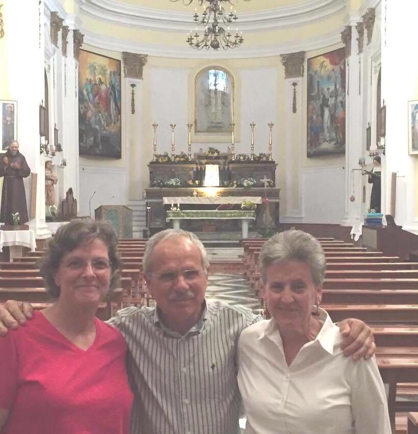 Calamonaci Puesi nella chiesa madre (a destra Deb LoBianco)
