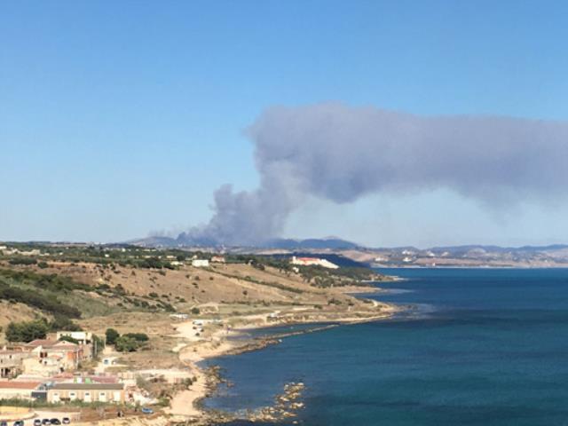 Monte Sara le fiamme viste dalle Terme di Sciacca