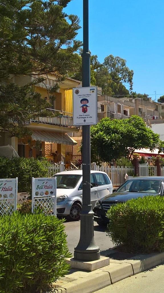 Seccagrande Lions dona cartelli stradali uso casco