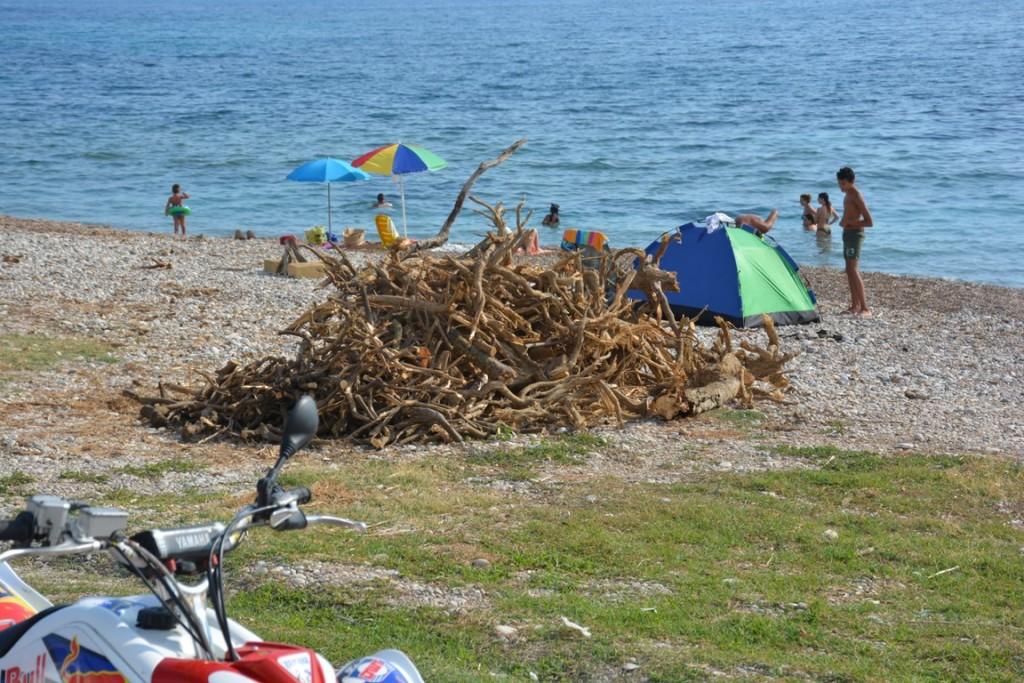 Seccagrande tende e legna sulla spiaggia
