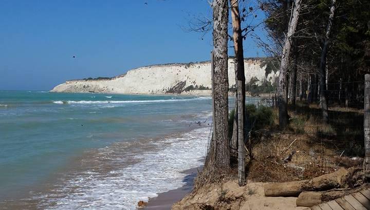 Eracalea Minoa il mare erode spiaggia e l bosco