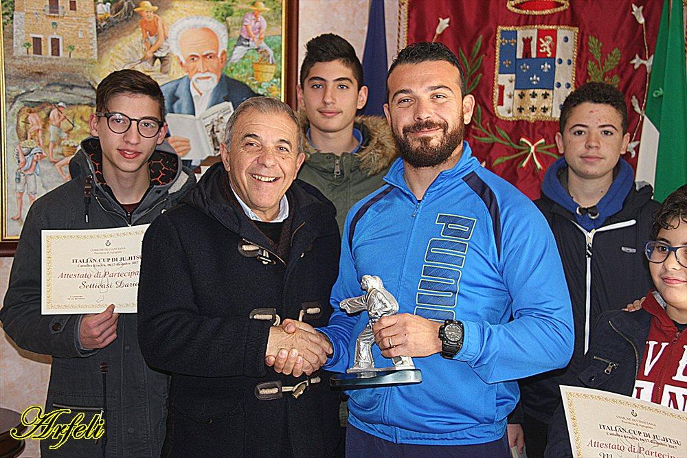 http://ripost.it/wp-content/uploads/2017/12/Diecidue-premiato-da-sindaco-Alfano.jpg