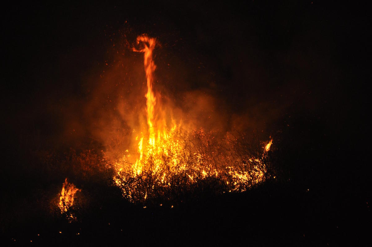 A fuoco sterpaglie, lambito il parco giochi di Villaggio Mosè